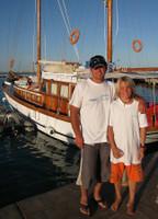 Папа с сыном на фоне яхты Монстра