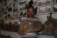 хозяин маленькогоо музея-лавки окаменелостей