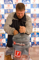 "Главный судья вскрывает ""tabou Bottle"""