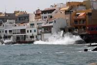 Волны разбиваются о терассы рыбацких ресторанчиков