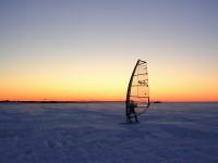 Зимний виндсерфинг на закате дня